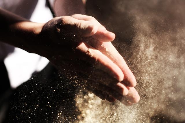 prach u rukou