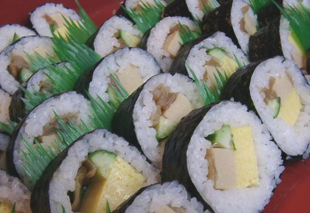 sushi s mořskou řasou